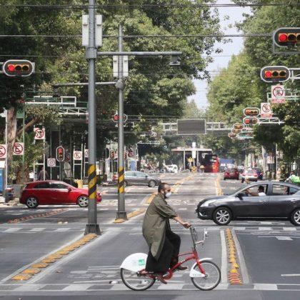 CIUDAD DE MEXICO, 30MAYO2020.- Autoridades de la ciudad encabezados por Claudia Sheinbaum, Jefa de Gobierno y Andrés Lajous, titular de la Secretaria de Movilidad, informaron que se instalarán ciclovías provisionales en diferentes puntos de la ciudad, cuando el semáforo epidemiológico cambie a color anaranjado, esto para que las bicicletas sean una opción de movilidad y evitar aglomeraciones en el transporte público principalmente en el metro y metrobús. ROGELIO MORALES /CUARTOSCURO.COM